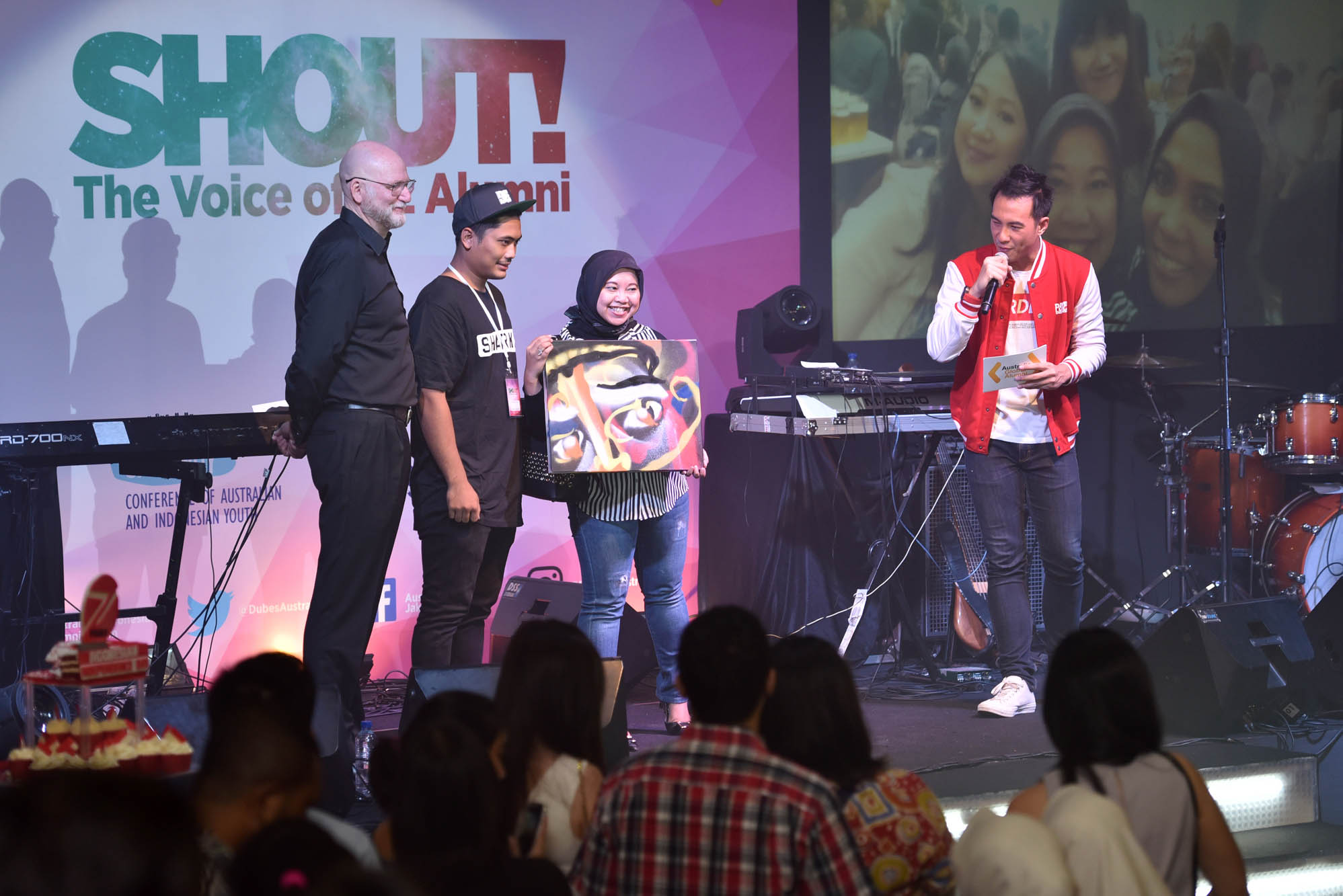 Australian alumnus wins prize at the SHOUT! The Voice of Oz Alumni on 19 August 2016 in Jakarta.