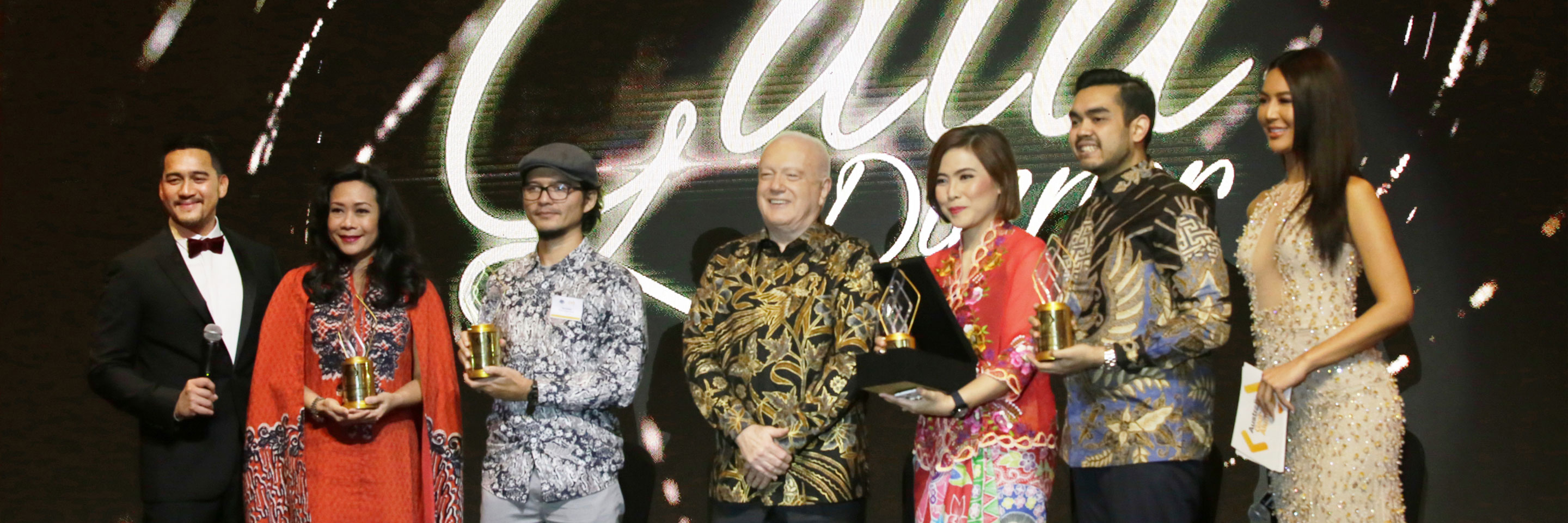 Australian Ambassador to Indonesia, HE Gary Quinlan AO, presents the 2019 Alumni Award winners at the Alumni Gala Dinner to recognise Australian alumni significant contribution in their fields.