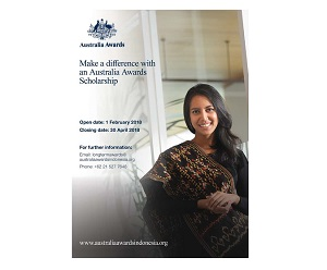 An Australia Awards alumna smiles and looks elegant in traditional cloth.
